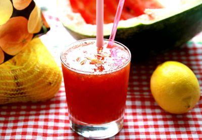 Chłodzący napój z arbuza i zielonej herbaty