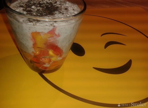 Deser z nasion chia z mango i mleczkiem kokosowym