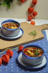 Zupa gulaszowa z kluskami kładzionymi