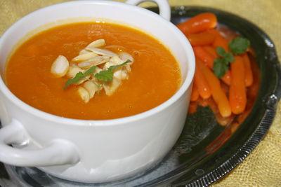 Zupa krem z pieczonej marchewki z migdałami ...