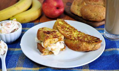 Owocowe kanapki z pełnoziarnistych tostów francuskich ...