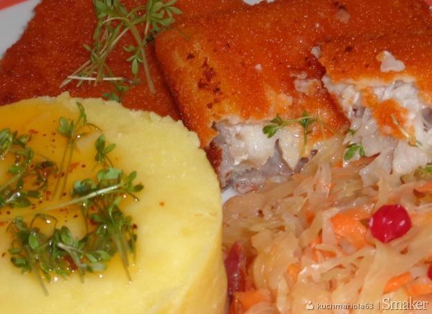 Smażone panierowane kostki z fileta dorsza z ziemniakami i kiszoną ...