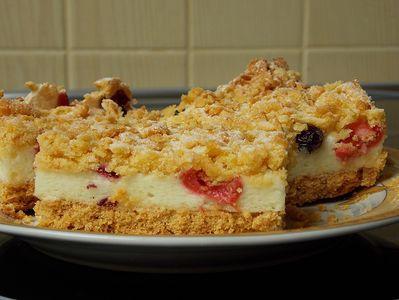 Kruche ciasto z budyniową pianką i owocami ...