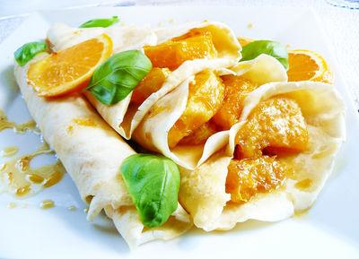 Naleśniki z karmelizowanymi pomarańczami w słodkim sosie ...
