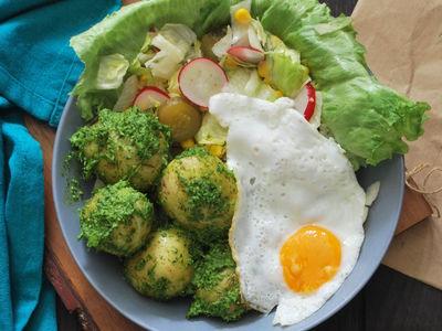 Młode ziemniaki w pesto z pietruszki i koperku
