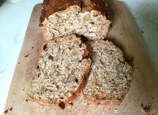 Zdrowy chleb z daktylami, orzechami włoskimi i siemieniem lnianym ...
