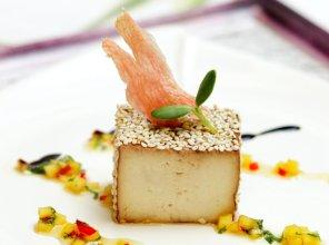Tofu marynowane w sosie sojowym i imbirze podane