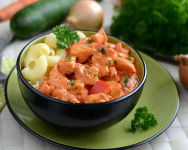 Kurczak w kremowym sosie pomidorowym z papryką ...
