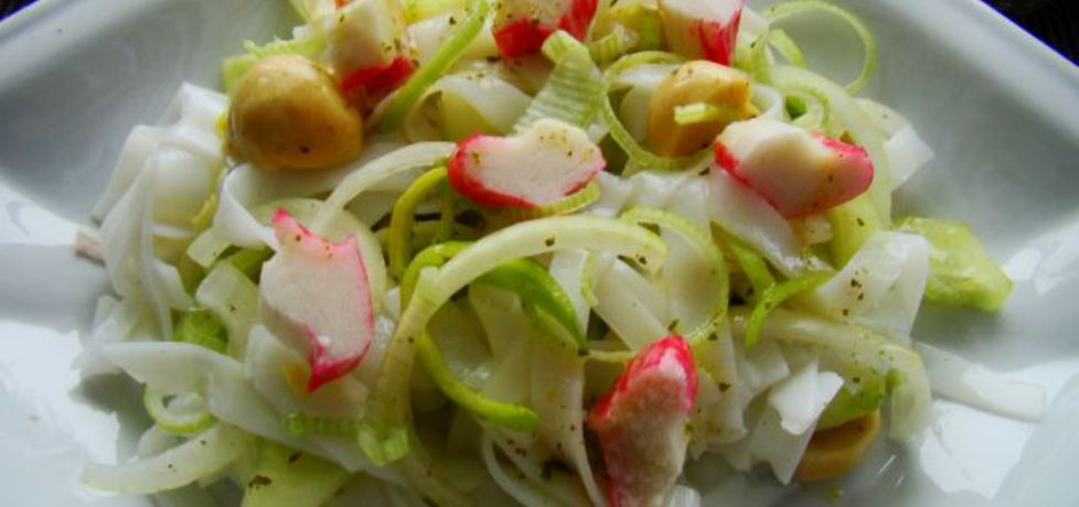 Sałatka z makaronu ryżowego z pieczarkami i paluszkami karbowymi