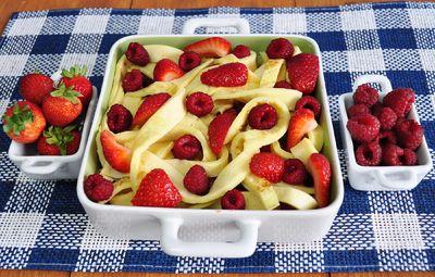 Naleśnikowa zapiekanka z malinami i truskawkami
