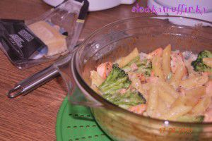 Zapiekanka makaronowa z brokułami, łososiem i sosem serowym ...