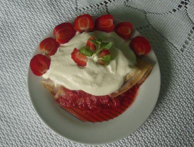 Naleśniki z sosem truskawkowym i bitą śmietaną