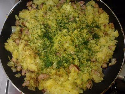 Ziemniaki smażone z cebulka i kiełbasą