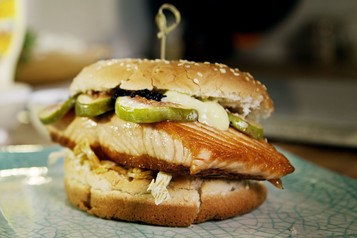 Burger z łososiem i figą
