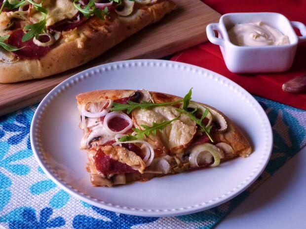 Przepis  bałkańska pizza z salami przepis