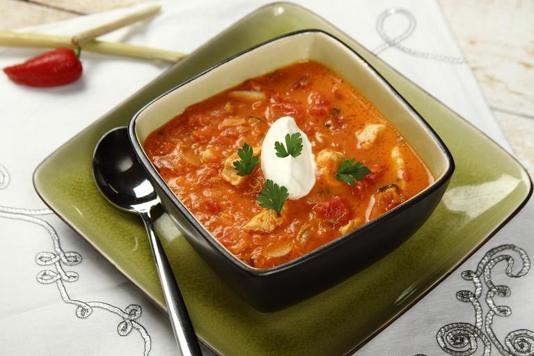 Zupa pomidorowa z chili, imbirem i świeżą kolendrą
