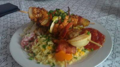 Szaszłyki drobiowe z ryżem i salsą pomidorową