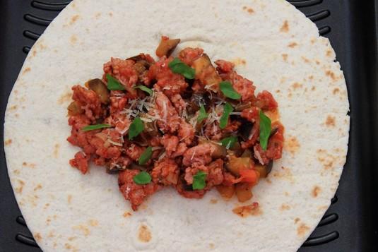 Tortilla z mięsem mielonym i bakłażanem w sosie pomidorowym ...