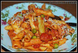Makaron z sosem pomidorowym, mielonym mięsem z indyka i ...
