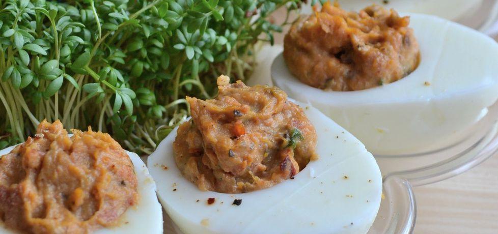 Jajka faszerowane tapenadą z suszonych pomidorów, czarnych ...