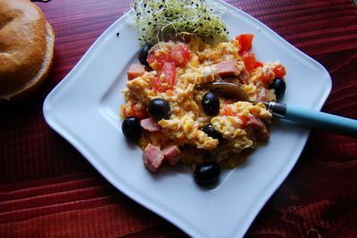 Jajecznica z oliwkami i pomidorem