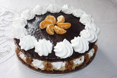 Tort czekoladowy z kremem kawowym i bezami ...