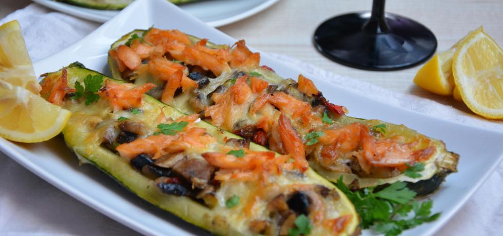 Cukinie faszerowane warzywami z wędzonym łososiem i mozzarellą ...