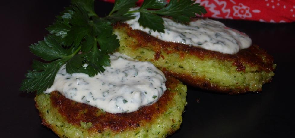 Kotleciki ziemniaczano  brokułowe z sosem serowo