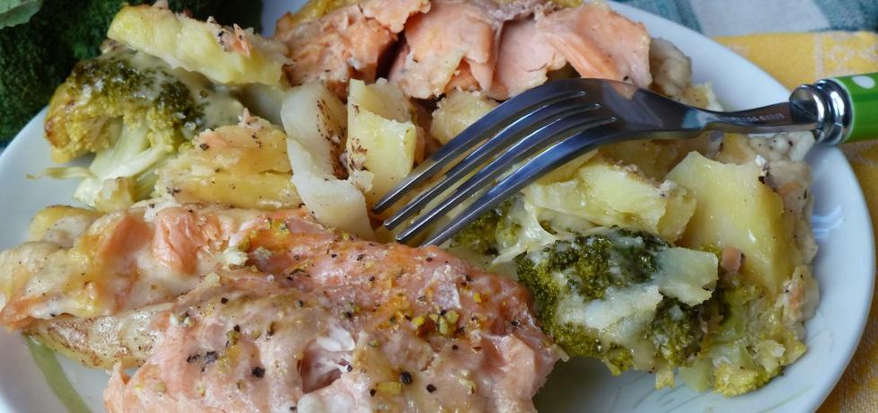Pstrąg łososiowy zapiekany z ziemniakami i brokułem pod ...