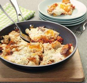 Jajka zapiekane z fetą i pomidorami