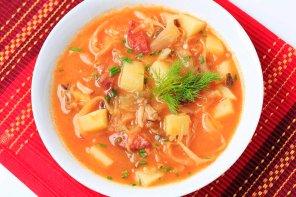 Sycąca zupa pomidorowa z kiszoną kapustą i kluskami