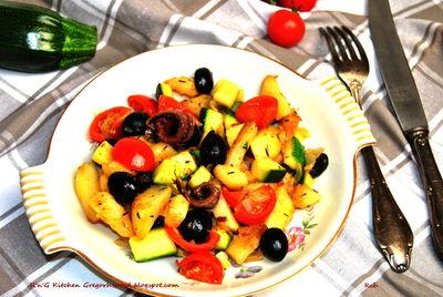 Ziemniaki z patelni z cukinią, pomidorami i oliwkami