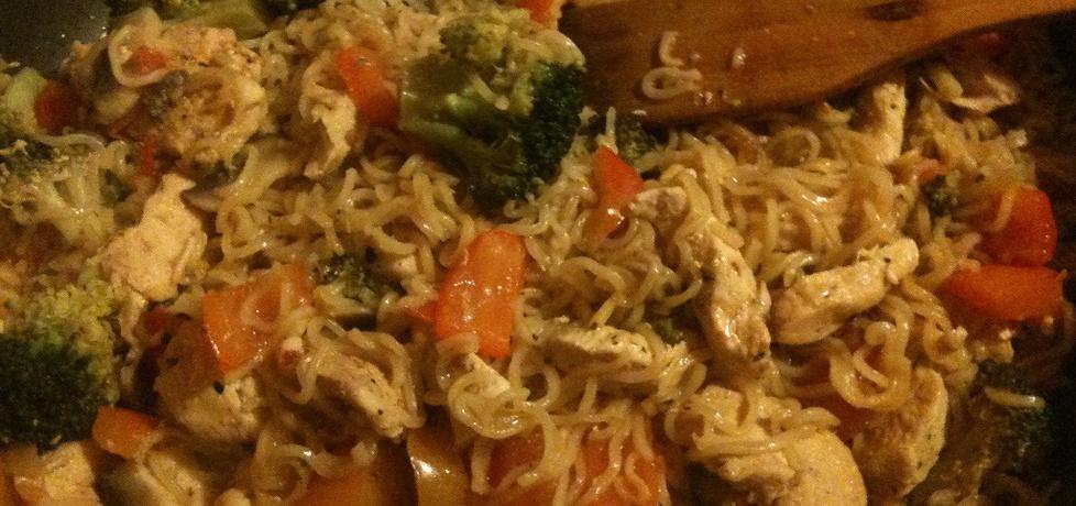 Piersi z kurczaka z warzywami i zupką chińską (autor: pycia9 ...