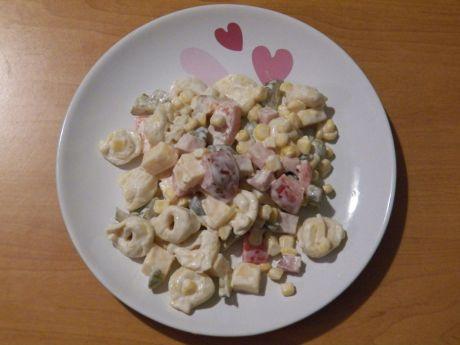 Przepis  sałatka z tortellini i szynką przepis