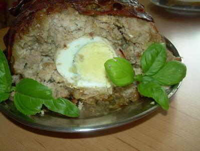 Klops z jajkiem według nigelli lawson.