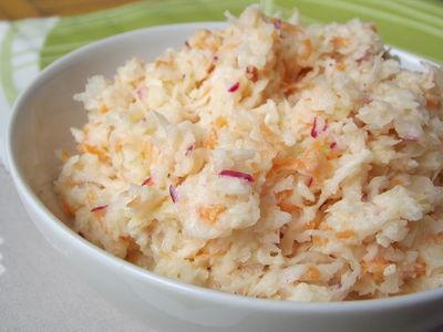 Surówka z białej kapusty, marchewki i rzodkiewki
