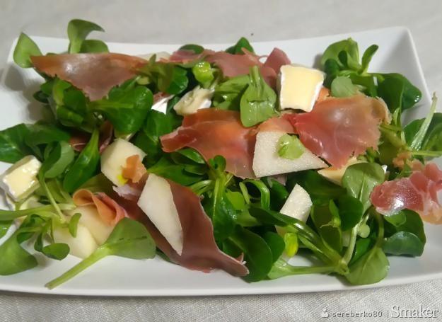 Sałatka z szynką dojrzewającą, serem camembert i gruszką ...