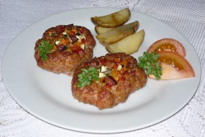 Mielone z grilla z boczkiem i warzywami