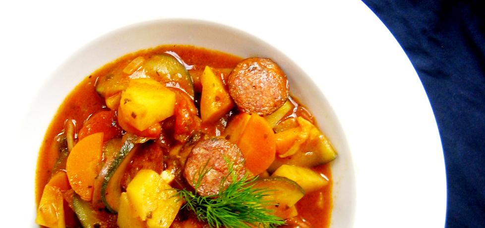 Wiosenne danie jednogarnkowe z warzywami i kiełbasą (autor ...
