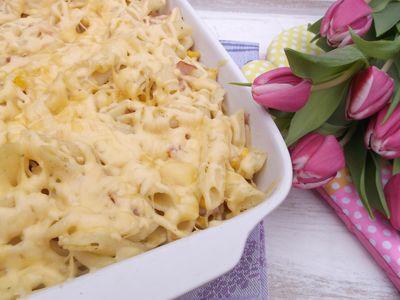 Makaronowa zapiekanka z kukurydzą, wędliną i serem żółtym ...
