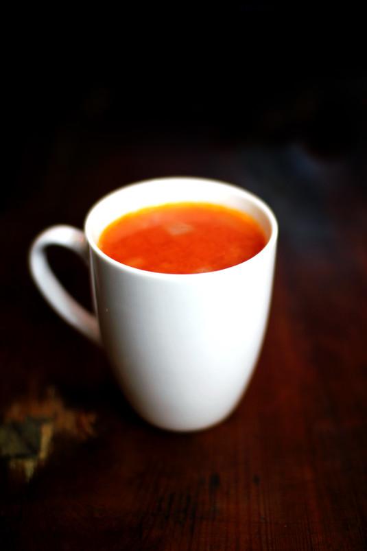 Gorący kubek pomidorowo  czosnkowy