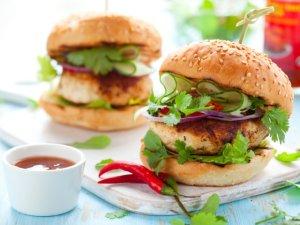 Pikantne burgery drobiowe  prosty przepis i składniki