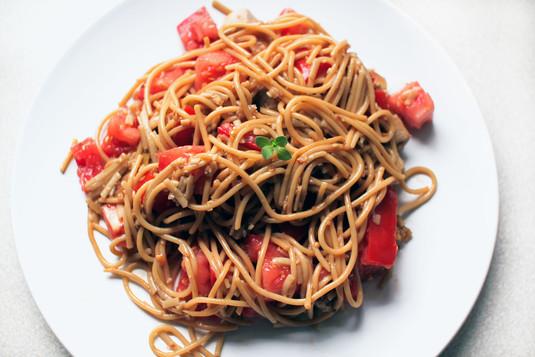 Ekspresowe pełnoziarniste spaghetti z pomidorami i sezamem ...