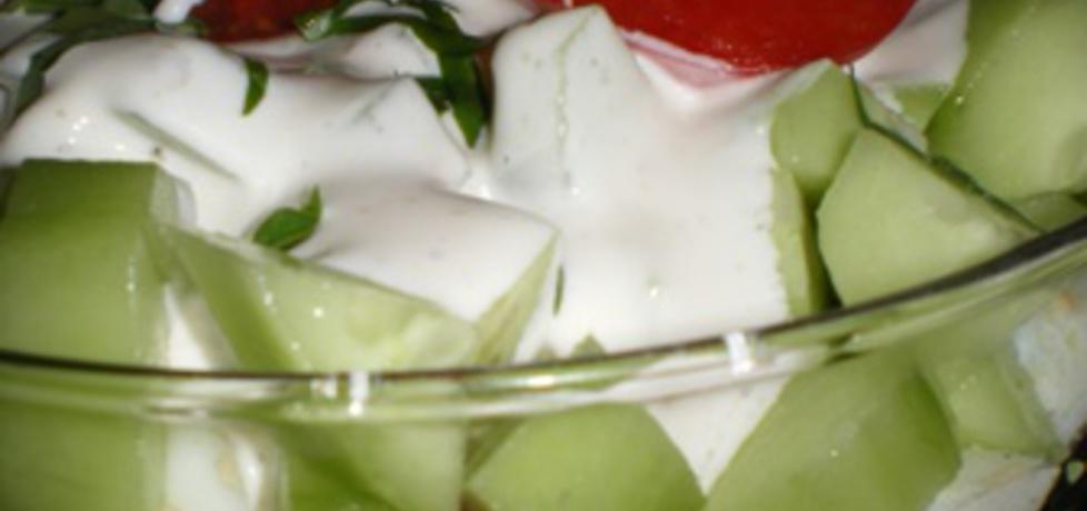 Warstwowa sałatka z jaj, pomidorów i ogórków z sosem czosnkowym