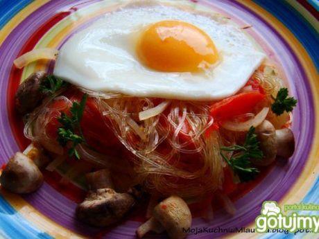 Przepis  makaron ryżowy z pieczarkami i jajkiem przepis