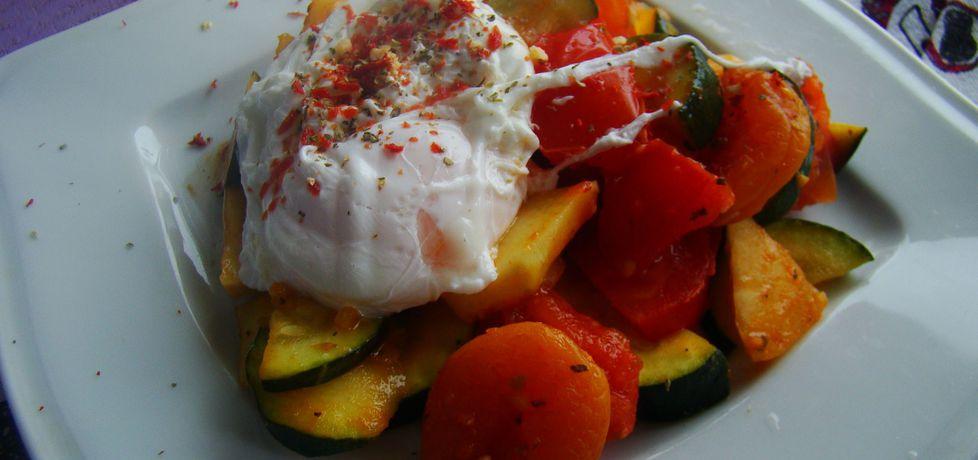 Lekkie danie z jajkiem w koszulce z warzywami i morelami (autor ...