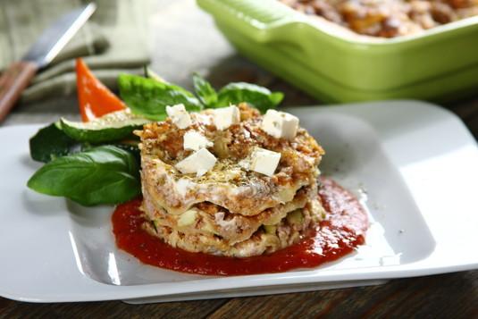 Aromatyczna lasagne z indykiem, grillowaną cukinią i serem feta ...