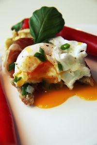 Chleb z musem awokado,szynką parmeńską i jajkami w kszulkach ...