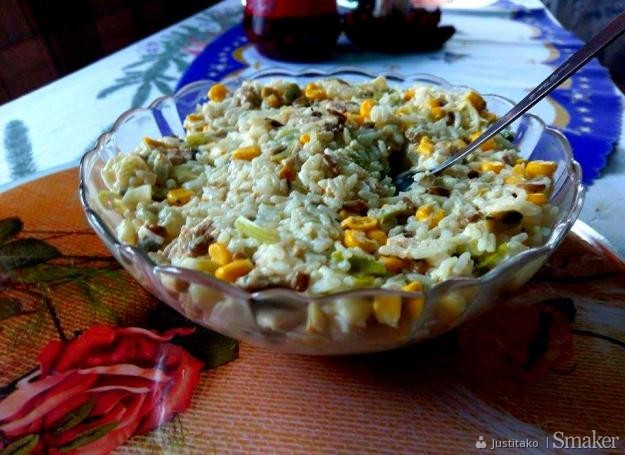 Sałatka ryżowa z kurczakiem i słonecznikiem