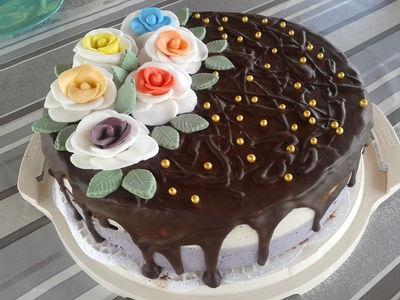 Tort porzeczkowy z różami
